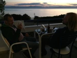 Far och son njuter av en underbar solnedgång och sällskapet, det är inte så ofta som tillfälle ges.
