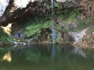 Ett vackert vattenfall som lockade till bad. Petter nöjde sig dock med....