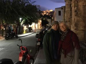 En fika i Plaka med Akropolis i fonden. Kultur och nöje i ett!