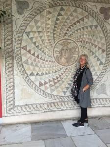 Hur många timmar tog det att hitta alla små olikfärgade stenar som kräfts för att skapa denna mosaik?