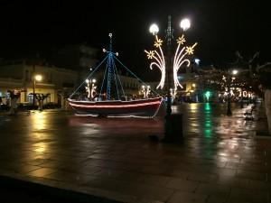 Karystos är så lagom och smakfullt ljusdekorerat till jul och nyår och båten finns med överallt.