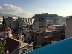 Vyn från hotel Arion mot Akropolis och vårt #gamla# hotel Attalos. Kyrkan som väcker oss på mornarna är så vacker!