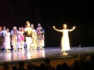Askungen och prinsen tackar för applåderna efter föreställningen.