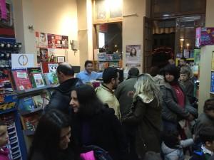 När vi kom tillbaka till Karystos besökte vi grannarnas butik, bokhandeln Niro. Kostas hade det jobbigt bakom disken.....