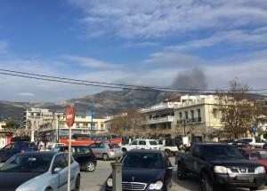 Över taken ser ni till höger rökmolnet från den ganska stora branden på Ochi