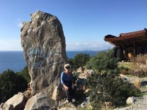Romarna reste denna sten och även den tidens graffitti använde blott grekiskt blått, tror jag :-)