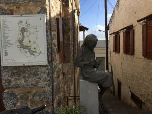 Här i Kritsa har man hantverkat i alla tider och en av de äldre om ändå ung blev kvar vid sin läst.