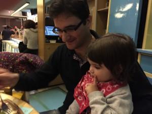 Nu måste ju pappa Nicos vara med också. Gabriella avslutar middagen i pappas knä.